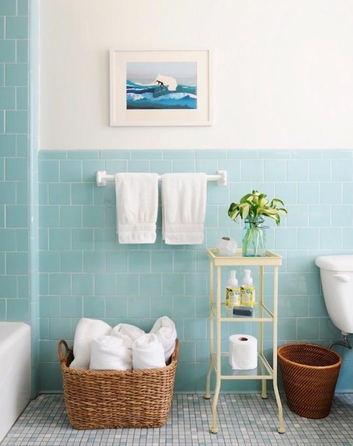 salle de bain moderne avec carrelage couleur vert d eau, panier de rangement serviettes de toilette, étagère rangement produits de beauté, sol mosaïque couleur bleue