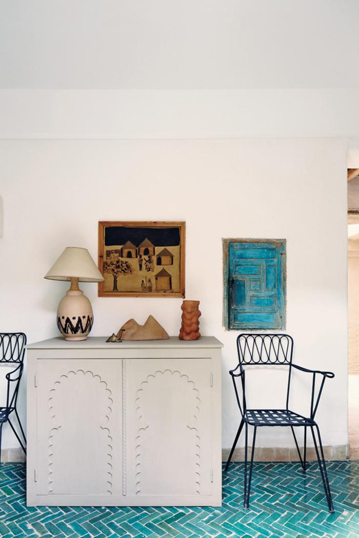un intérieur relaxant en blanc et bleu sarcelle de style ethnique marocain, carrelage chevrons couleur turquoise