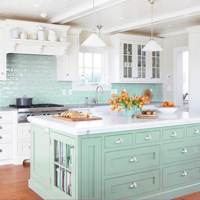 carrelage cuisine et îlot de cuisine couleur vert mint, celadon, parquet en bois, façade cuisine blanche