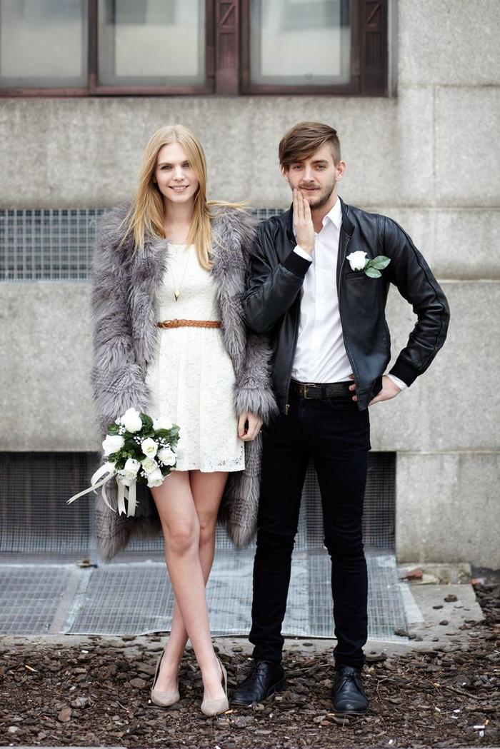 un mariage civil dans l'esprit hipster, jolie photo de couple décontractée qui pose naturellement