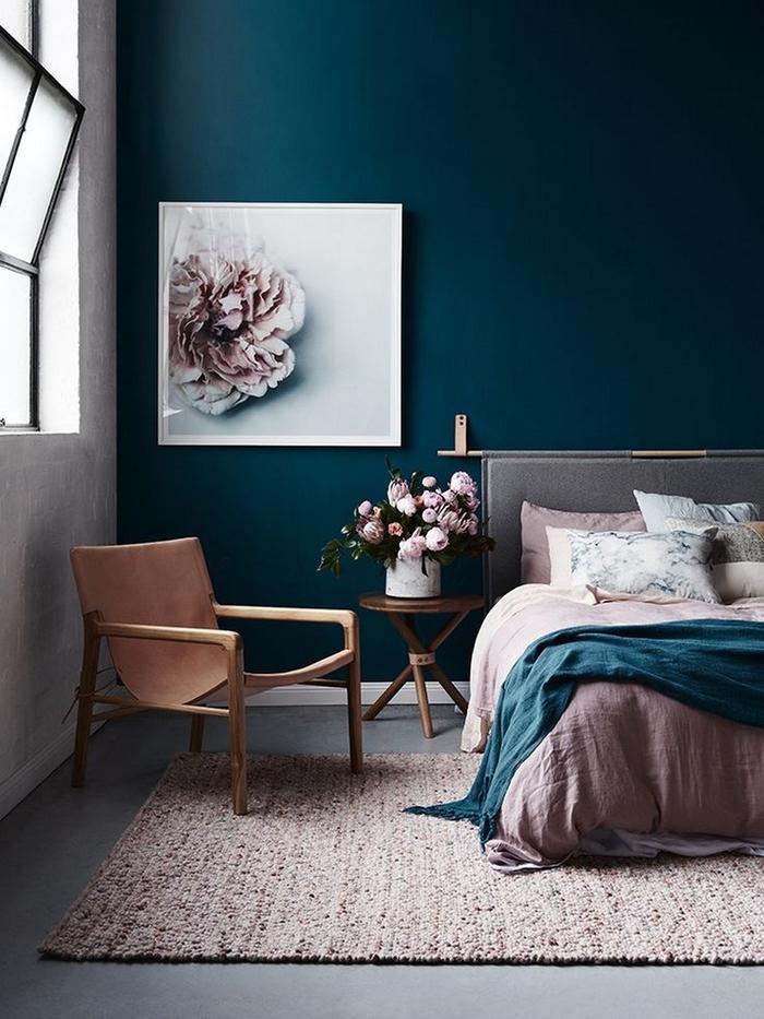 une chambre à coucher minimaliste d'élégance sombre aux nuances de rose poudré et bleu paon foncé,