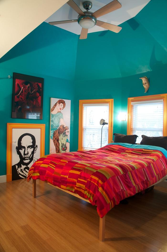 une chambre à coucher qui joue sur les contraste des couleurs bleu sarcelle, ocre et fuchsia