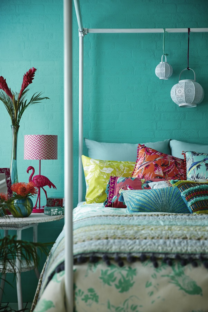 une chambre à coucher monochrome aux nuances de vert canard, déco exotique à motifs tropicaux