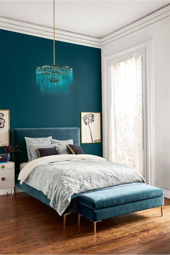 une chambre à coucher élégante en blanc et bleu paon