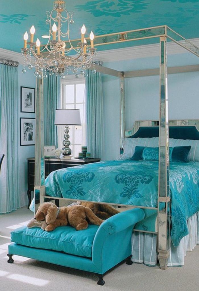 chambre a coucher adulte en bleu turquoise sur le thème baroque avec plafond revetu en tissu bleu turquoise à la finition satinée