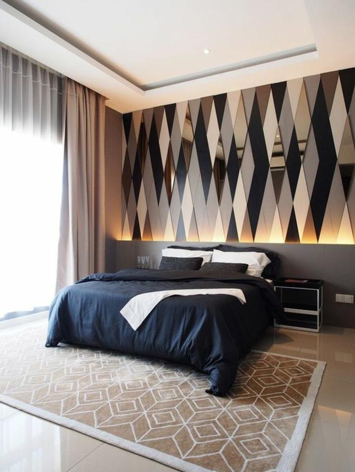 chambre design lit avec couverture et coussins bleus et murs aux miroirs triangles décoratifs
