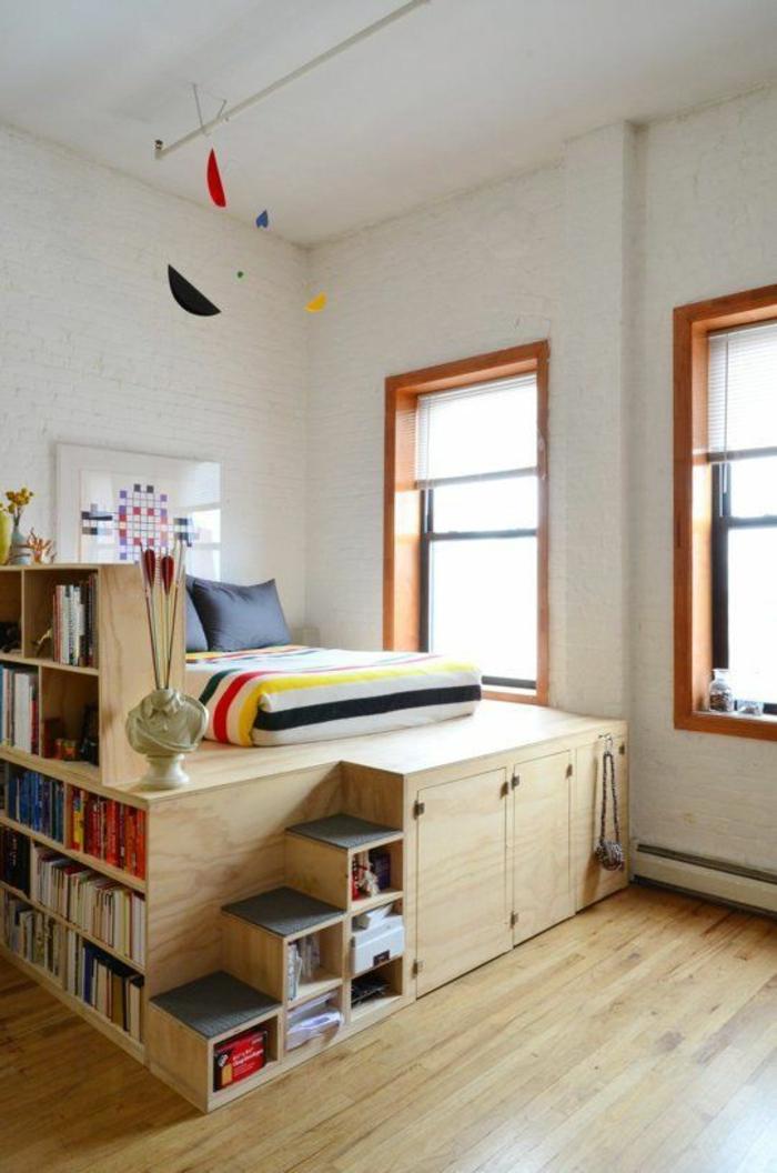 chambre design adolescent ou enfant avec des etageres en forme d escaliers pour ranger les livres