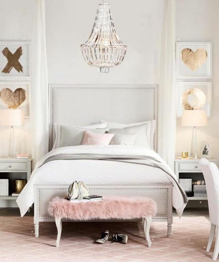chambre design lit glamour ambiance cocoon avec grand lustre en crystal et des panneaux avec des coeurs aux murs