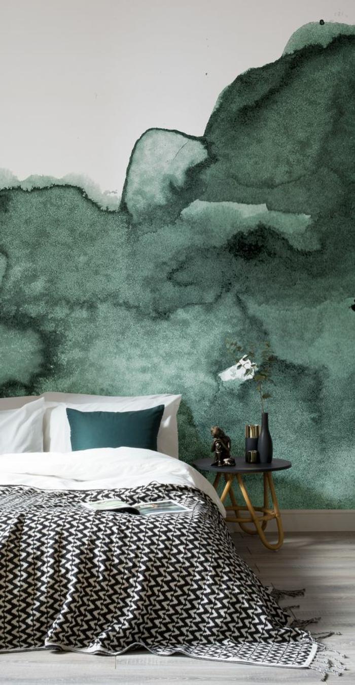 chambre design avec les murs verdatres nuancés lit avec des coussins verts