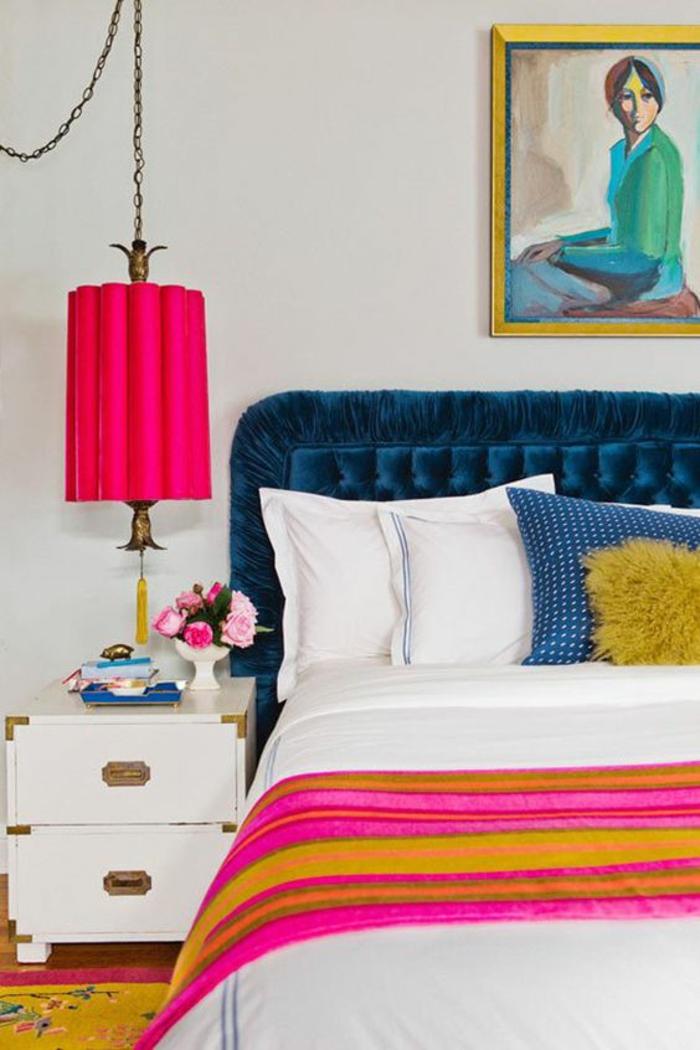 décoration chambre adulte dossier bleu marine luminaire couleur fuchsia
