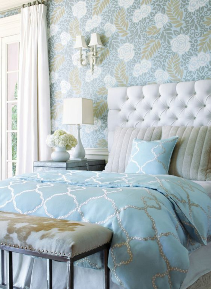 chambre design en bleu pastel avec dossier blanc tapissé luminaires blancs avec abats-jour