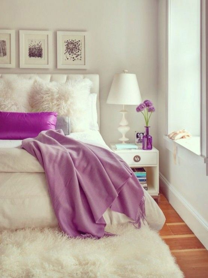chambre design lit tout blanc avec couverture fuchsia et des tableaux en blanc et fuchsia