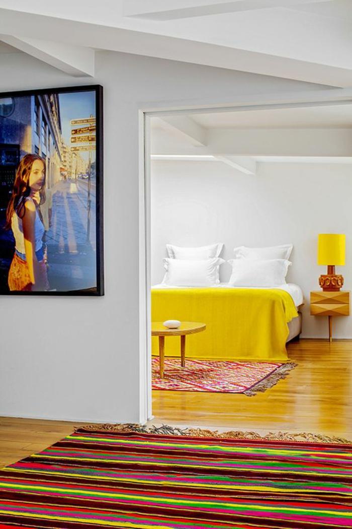idee deco chambre en jaune rayonnant et en couleurs vives avec tableau avec fille