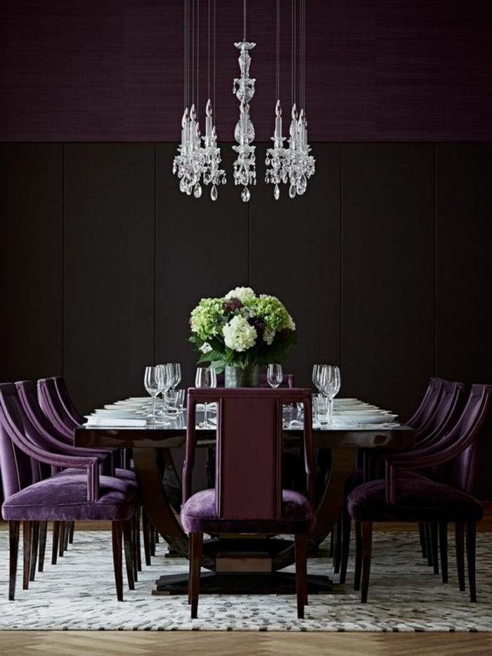 chambre aubergine, salle à manger couleur pourpre, table de déjeuner et luminaire sophistiqué