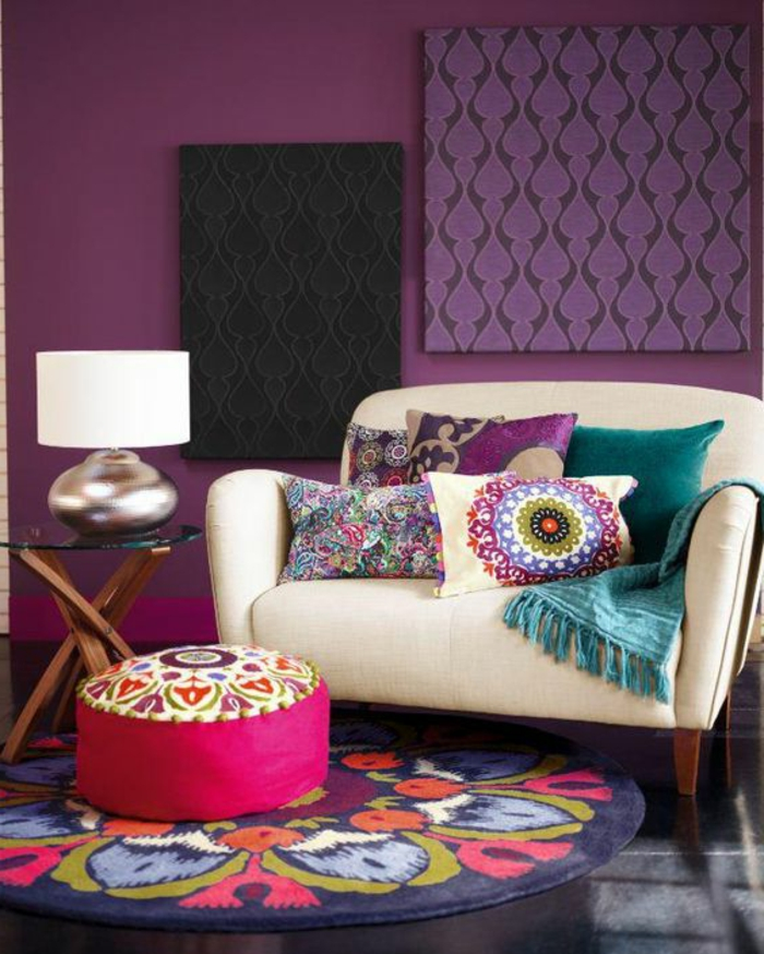violet aubergine, pouf marocain fucshia, coussins ethniqes avec mandalas et motifs floraux