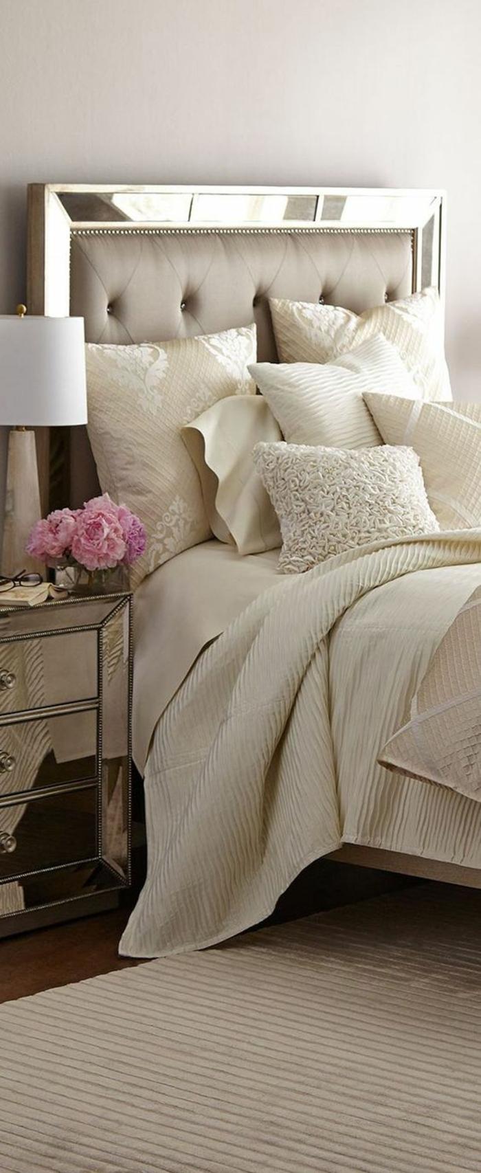 idee deco chambre brillance et glamour en blanc crème avec tiroirs de rangement en miroirs