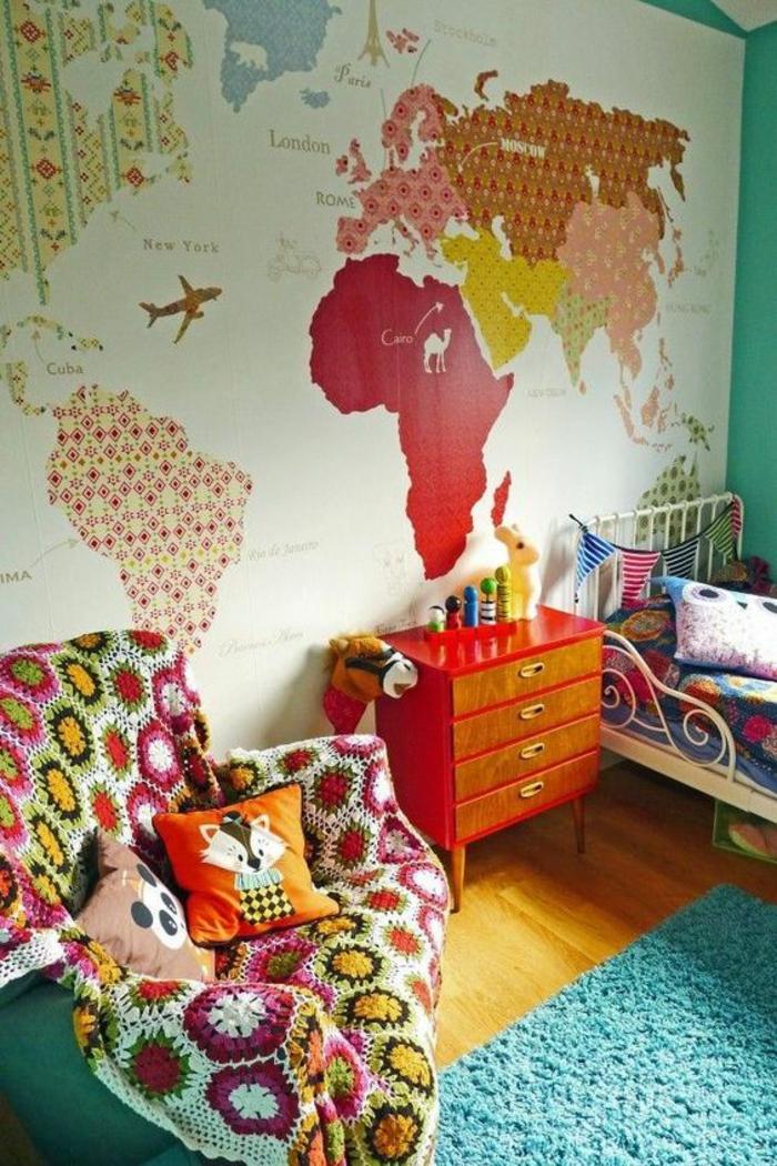 chambre design en couleurs pimpantes avec la carte du monde sur le mur meuble lit en orange