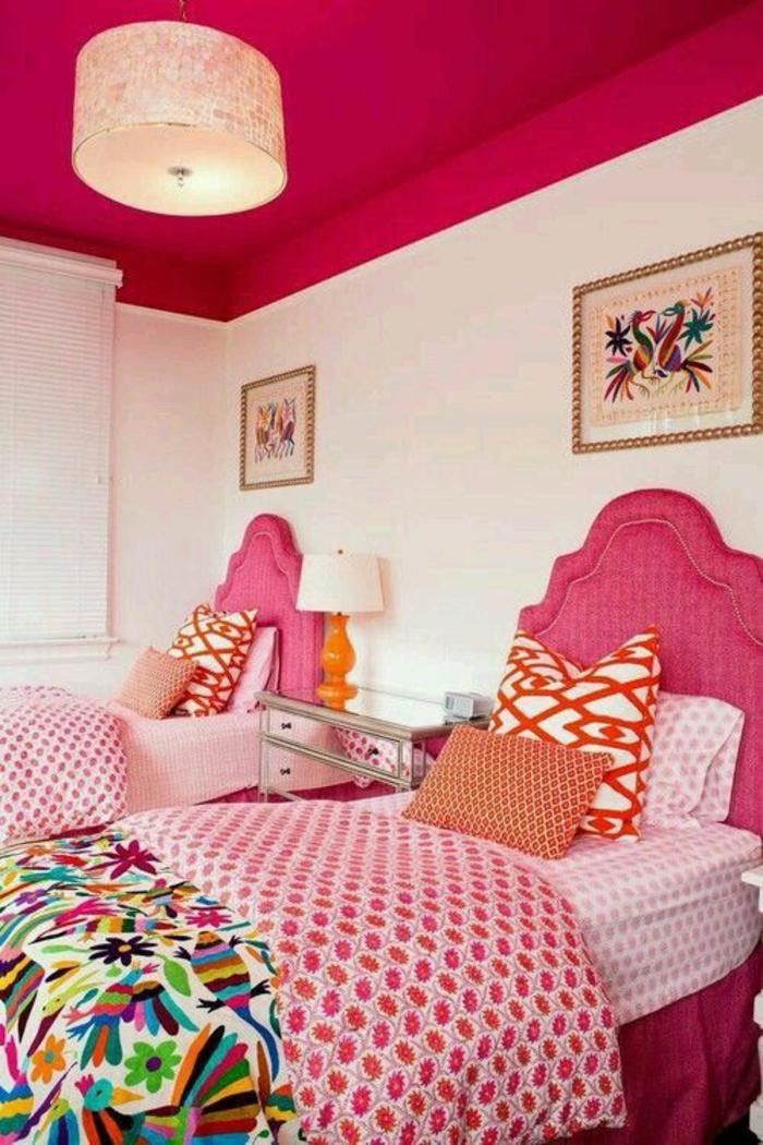 chambre design complete en rose et blanc avec des tableaux aux oiseaux paradisiaques