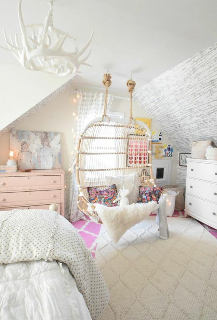 chambre design blanc total avec canapé tressé suspendu luminaire blanc en forme de multiples cornes