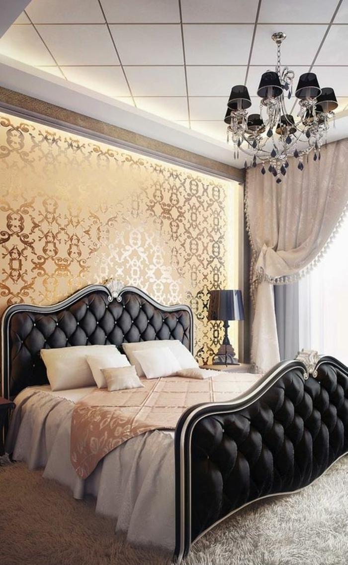 chambre design deco chambre adulte dans un style baroque revetement mural doré en arabesques tissu satiné