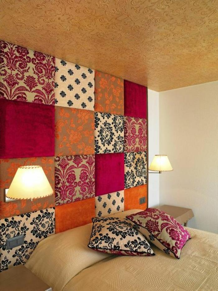 idee deco chambre haute en couleurs motifs floraux fuchsia et bleu marin plafond doré aux arabesques