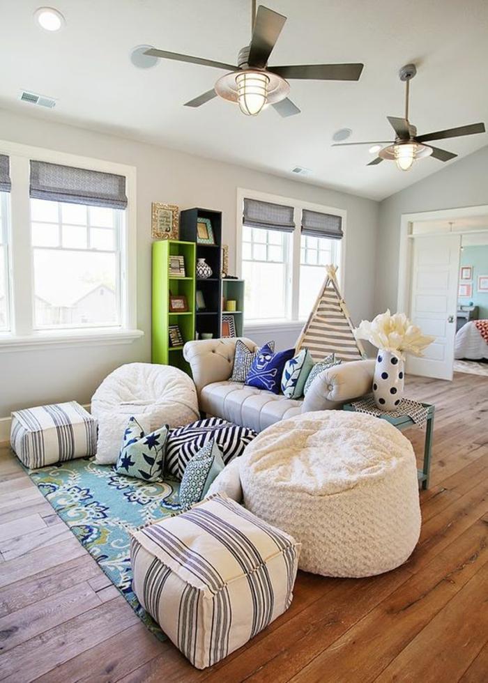 idee deco chambre avec des murs pastels bleus avec deux poufs ronds marocains en blanc