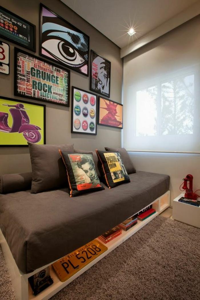 chambre adulte complete avec des tableaux pop art couverture et matelas lit en marron espace ado