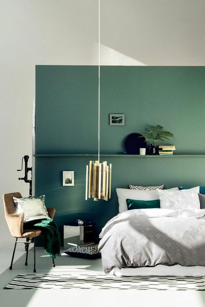 deco chambre adulte avec un mur entièrement en vert et coussin en strass argenté