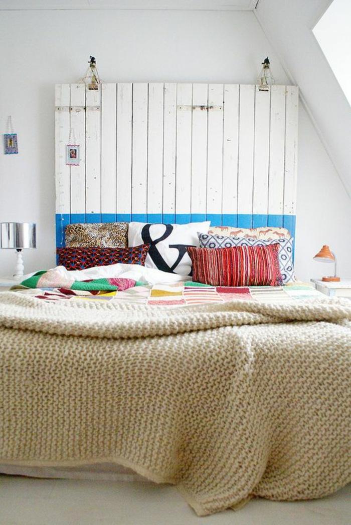 idee deco chambre avec panneau au dessus du lit réalisé avec des pallettes peintes en blanc et bleu