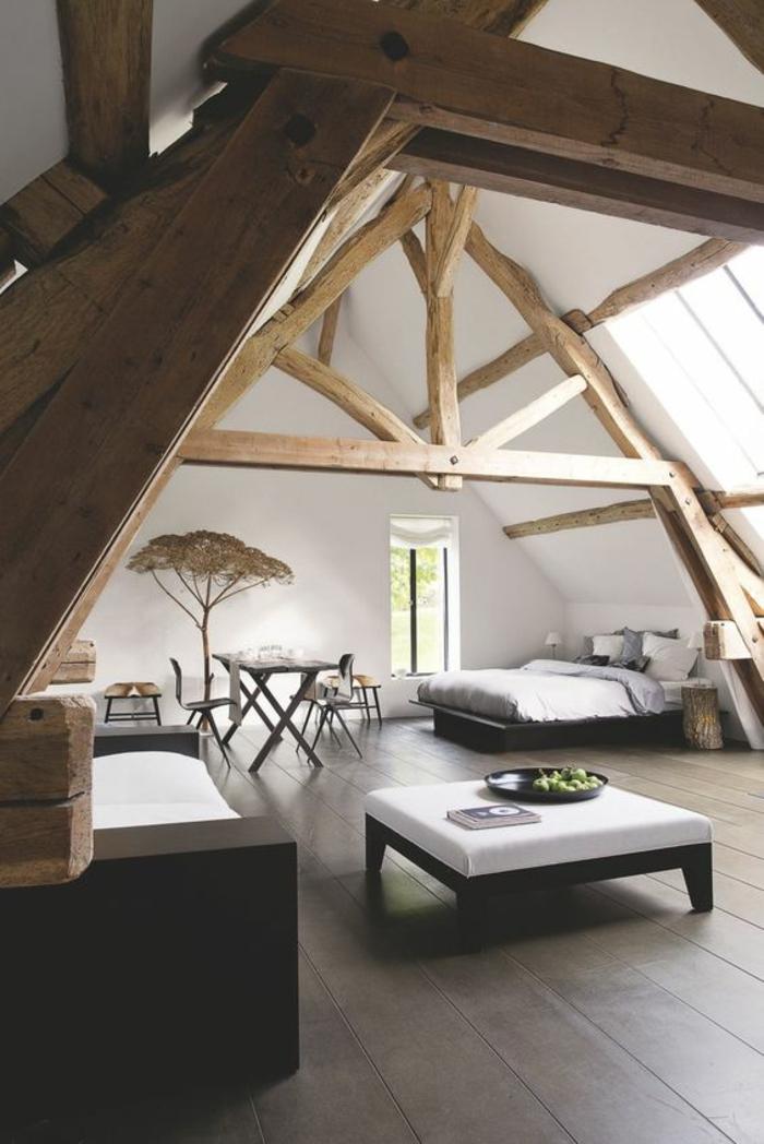 chambre complete adulte sous pente avec des poutre en bois clair et des poutres marrons