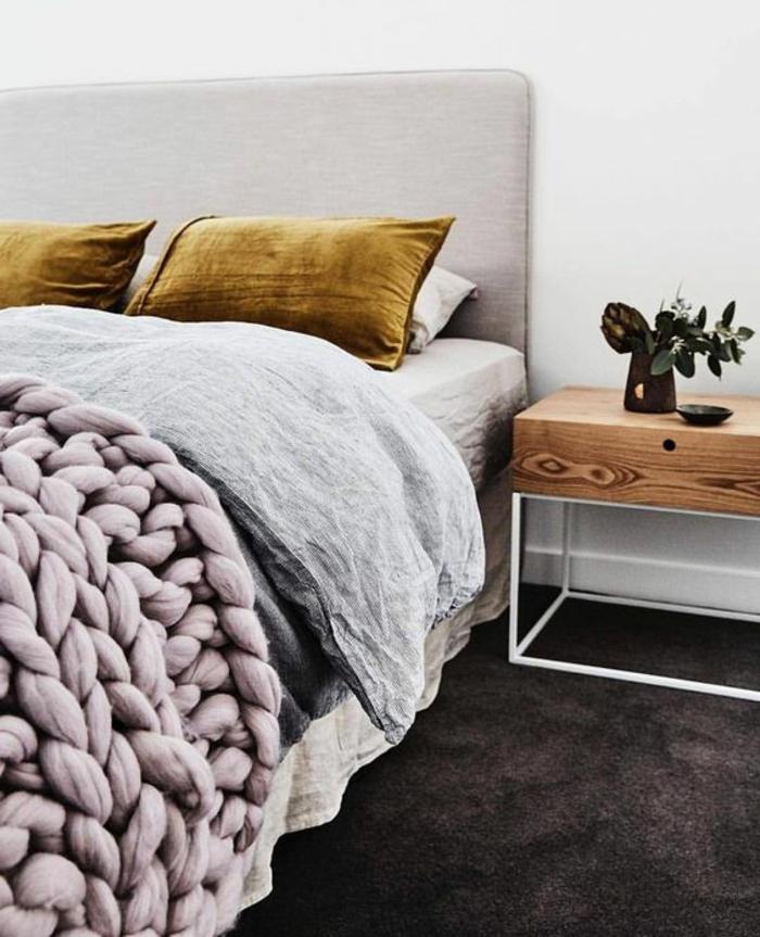 chambre gris et rose, coussins ocre, plaid tricoté, chevet design en bois et métal