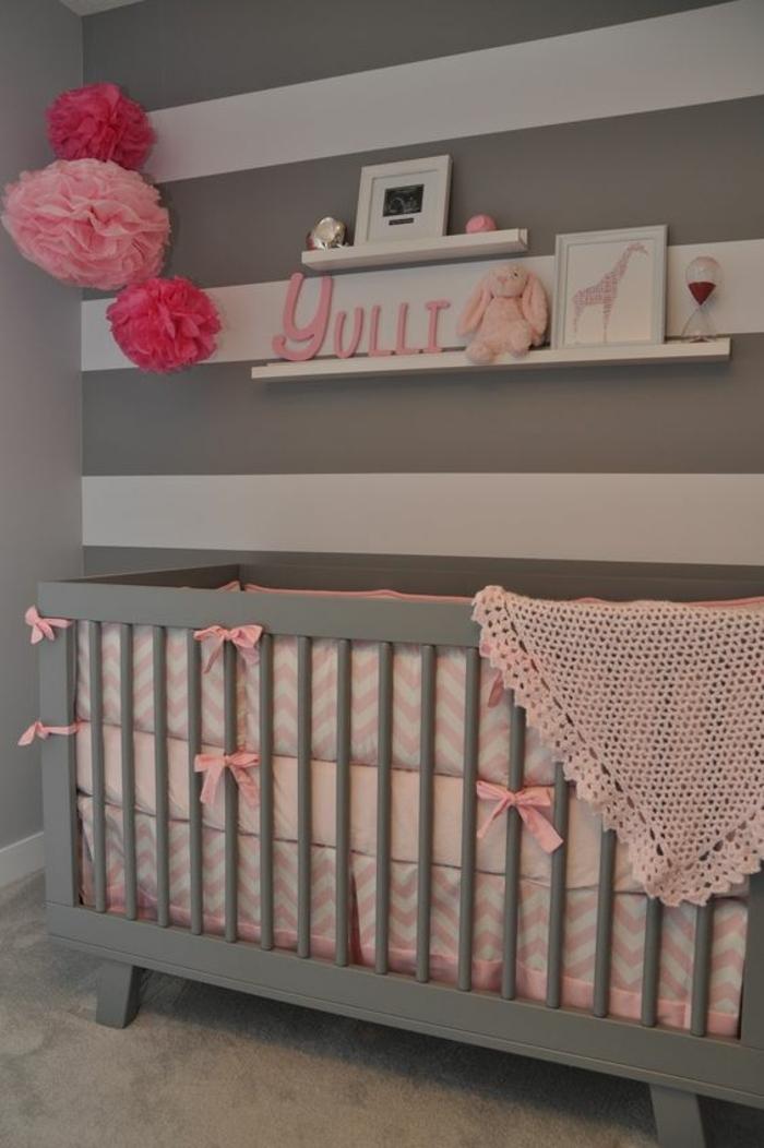 chambre grise et rose, couffin bébé, porte cadre blanc, fleurs en papier, petit lapin rose