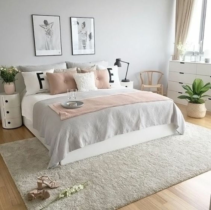 chambre grise et rose enduit mural gris lampe de chevet noire coussins roses with grand tapis. Black Bedroom Furniture Sets. Home Design Ideas