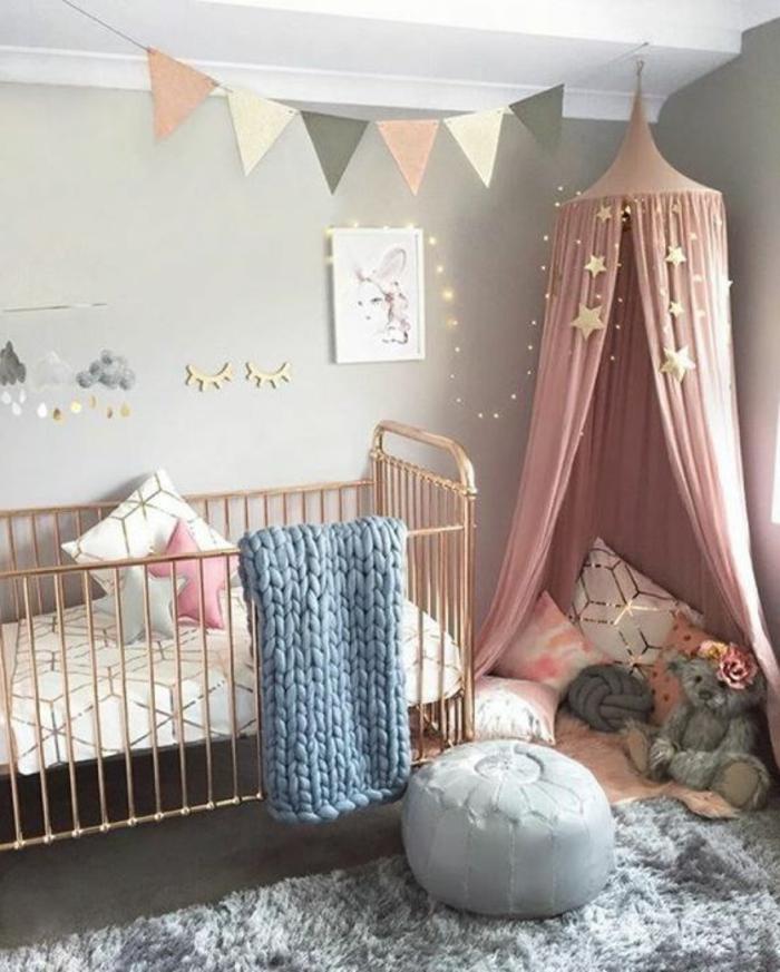 chambre grise et rose, lit bébé avec cadre cuivré, guirlande lumineuse, peinture murale grise, peluche ours gris