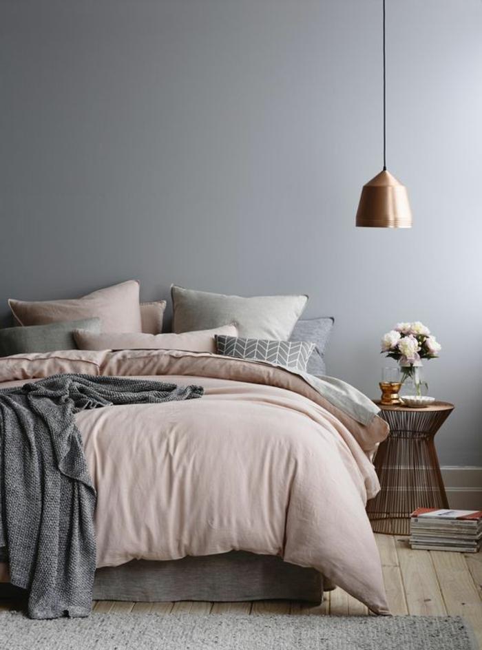 chambre grise, lampe cuivrée pendante, peinture murale grise, coussins déco