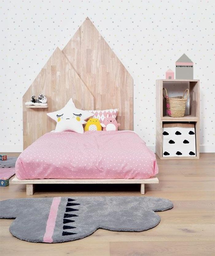 chambre rose et gris, têtes de lit en bois géométriques, tapis nuage gris, petite étagère en bois