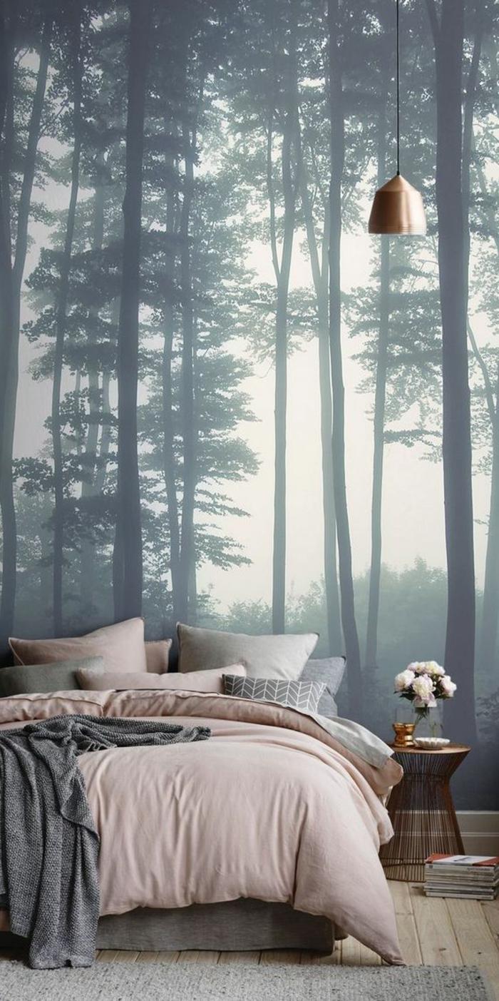 chambre rose et gris, poster forêt, lampe cuivrée suspendue, chevet cuivré avec bouquet de fleurs