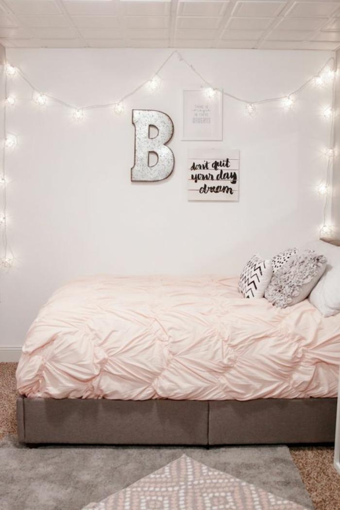 chambre rose et gris, mur gris pâle et guirlande lumineuse, lettre décorative murale