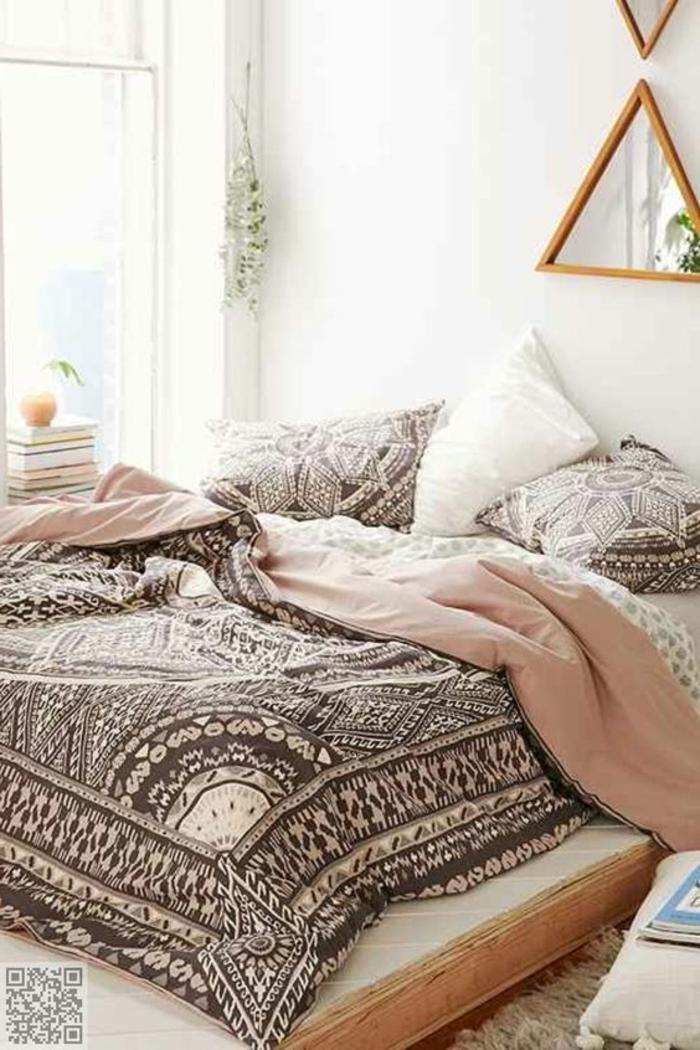 chambre rose et gris, couverture de lit boho, miroir décoratif avec cadre en bois, peinture blanche