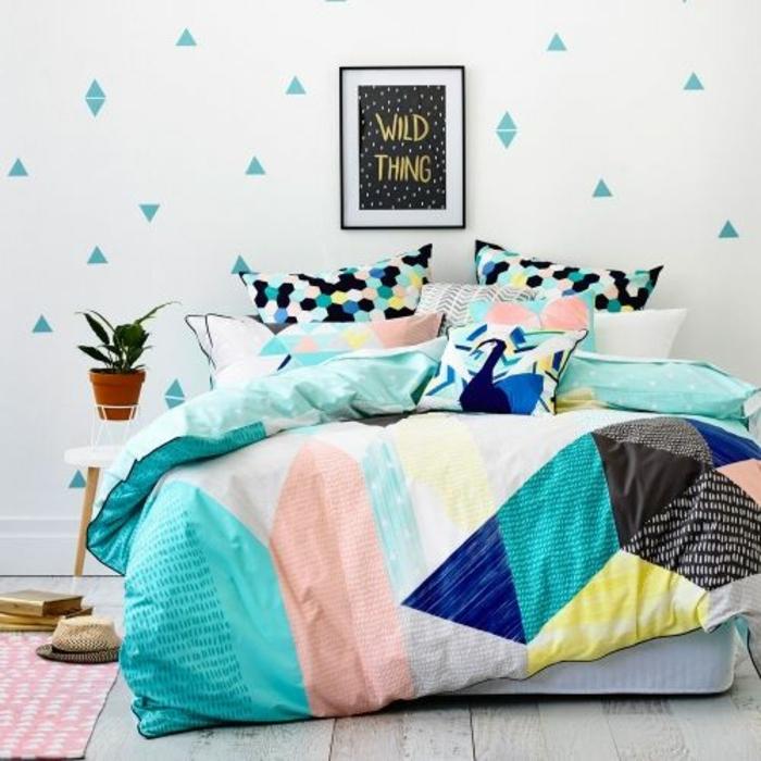 deco chambre style scandinave, mur blanc à petit triangles couleur vert d eau, linge de lit multicolores en vert, jaune, rose, blanc, gris, noir