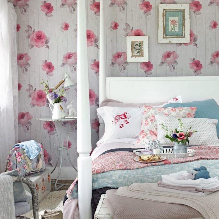 idée deco chambre shabby chic, lambris blanc a motifs roses, linge de lit en blanc, rose et bleu pastel, rangement malle vintage, deco bouquets de fleurs, table de nuit en métal usé