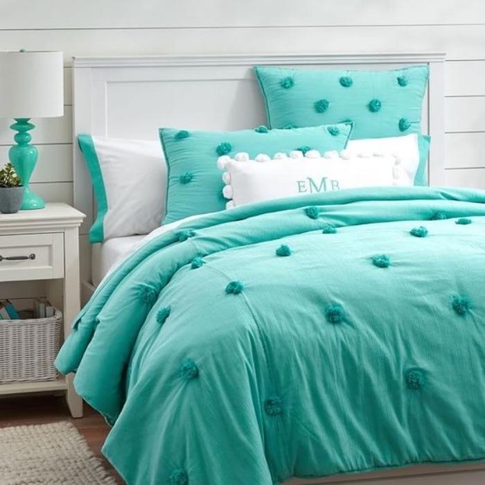 idée de chambre vert d eau, linge de lit vert et blanc, tapis gris, table de nuit blanche avec rangement