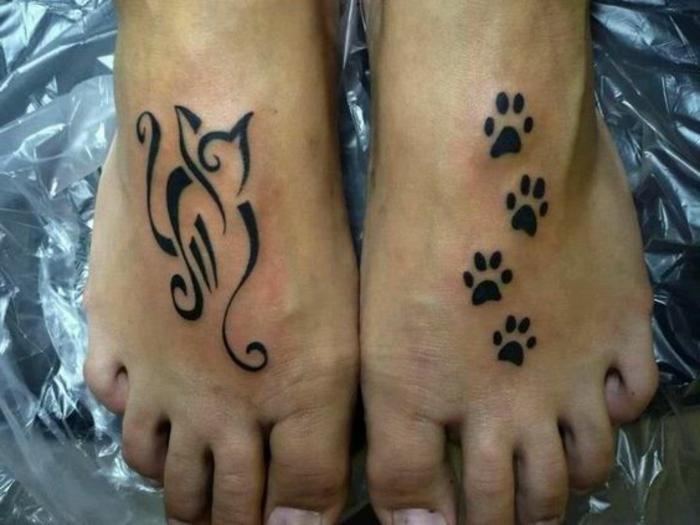 chat tatouage, silhouette de chat noire, trace de pattes sur la plante des pieds