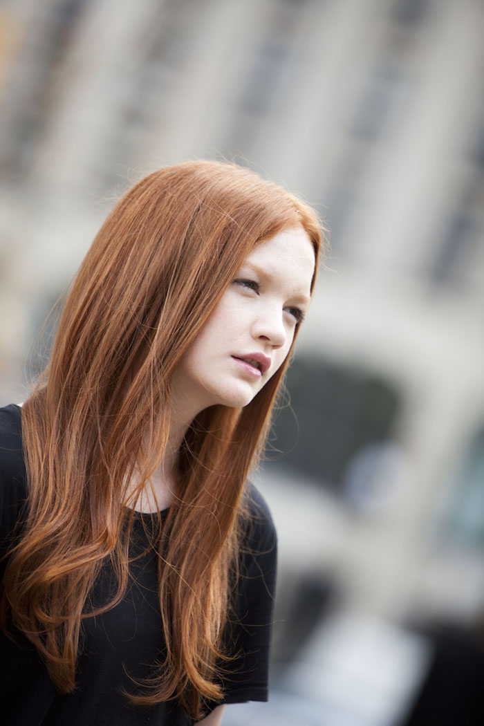 couleur cheveux cuivré, blouse noire avec manches courtes, coupe de cheveux longs en nuance orange