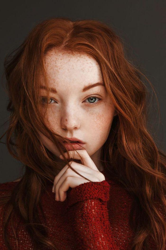 couleur de cheveux rouge, femme aux cheveux longs, blouse rouge en crochet, sourcils orange femme