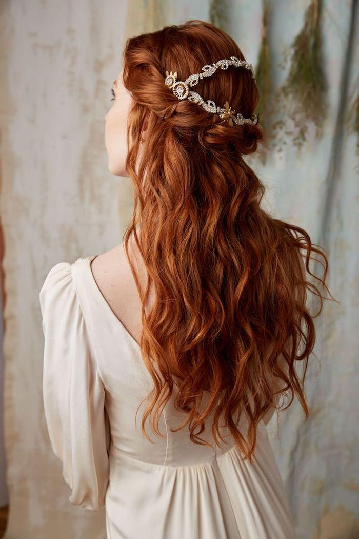 roux cuivré, robe de mariée en champagne avec manches longues, coiffure cheveux mi-attachés en orange