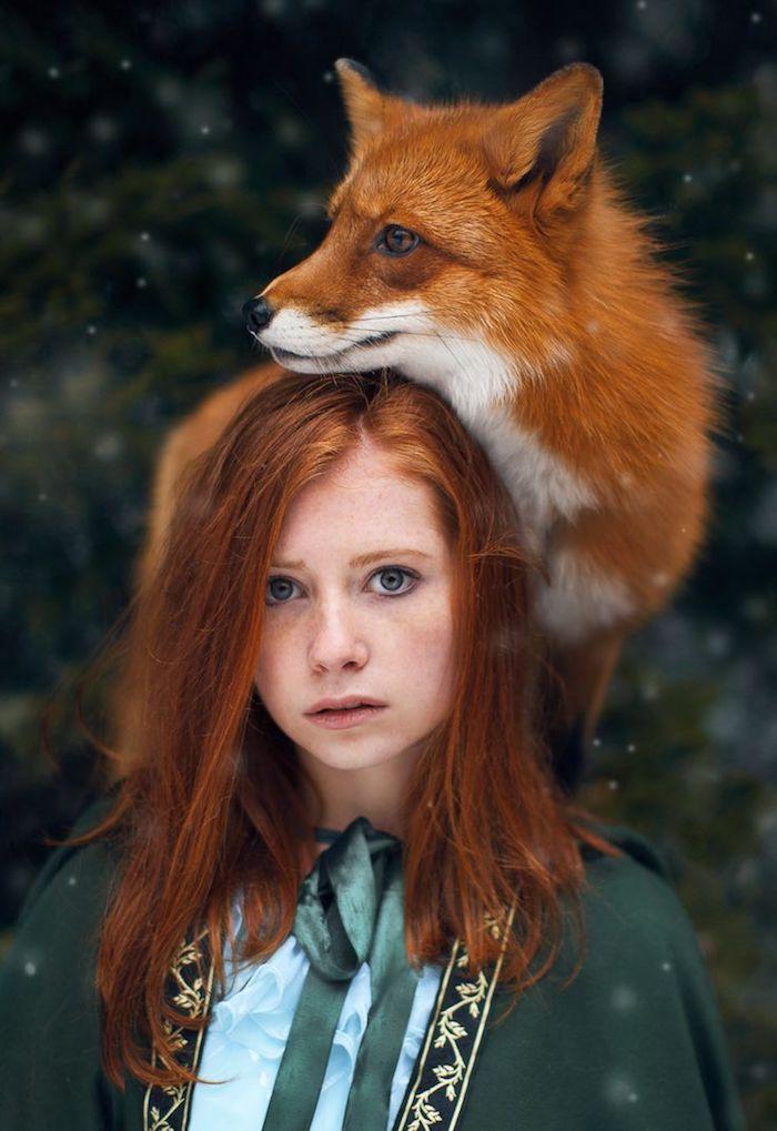 roux cuivré, coupe de cheveux mi-longs, coiffure cheveux raids en nuance orange, femme et renard dans la forêt
