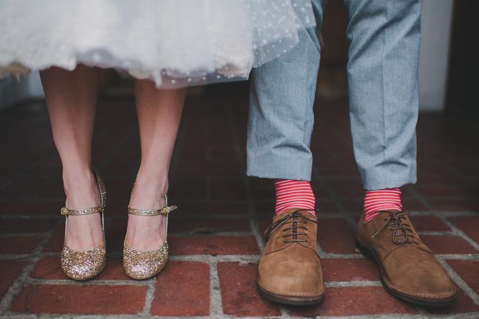 un portrait de mariage des pieds du couple mariés, séance photo originale et décontractée
