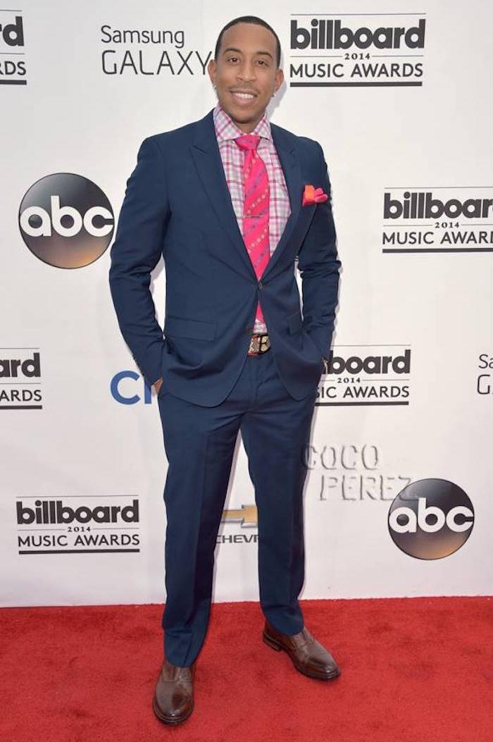 accorder chemise carreaux rose avec costume bleu foncé