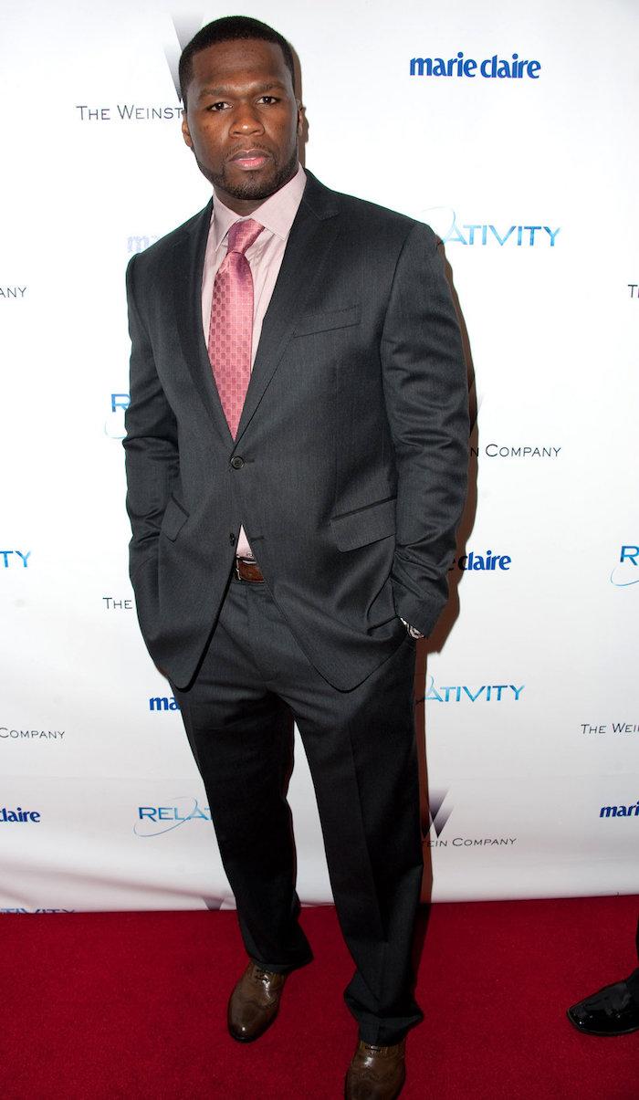 comment porter costume gris foncé anthracite avec cravate rose chemise clair 50 cent style